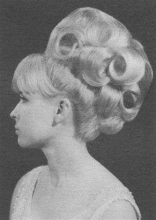 Vintage Hairstyles Curls From the pixie crop to the sexy bouffant, the had a perfect hair style for every woman and every mood. Short hair Shirley Maclaine ,Twiggy and Edie Sedgwick were all famous for the pixie crop… Retro Hairstyles, Curled Hairstyles, Prom Hairstyles, Easy Hairstyles, Barrel Curls, Beehive Hair, Nostalgia, Bouffant Hair, Mode Vintage