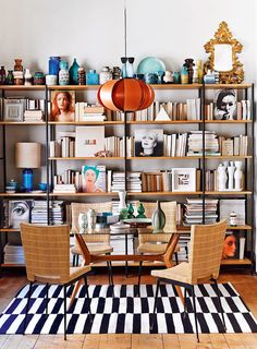 Tablescapes after David Hicks – the guide to AD - Decoration For Home Home Library Design, House Design, Room Inspiration, Interior Inspiration, Home Libraries, Interior Decorating, Interior Design, Decorating Ideas, Bookshelf Decorating