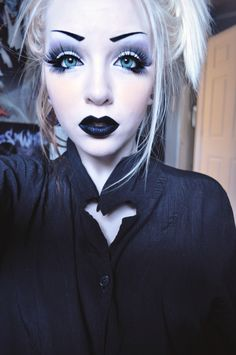 Possible Harley Quinn inspired makeup. (Needs some red & it would look great (; Goth Makeup, Dark Makeup, Makeup Art, Eye Makeup, Makeup Ideas, Weird Makeup, Awesome Makeup, Makeup Tips, Harley Quinn