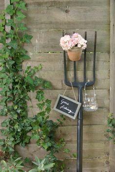 Garten dekorieren mit altem Werkzeug