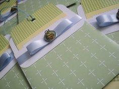 Convite para Batizado   Fita de cetim e laço chanel   Medalha do anjo da guarda   Cordão colorido   Saquinho plástico individual e adesivo para fechar. Pode ser produzido em outras cores.
