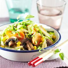 Nopea ja maukas sieni-kasviswokki valmistuu syksyllä suppilovahveroista ja muulloin herkkusienistä tai siitakesieneistä.