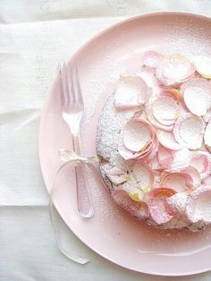 Rose Petal Cake, Dusted In Confectioners Sugar & Drenched In Sugared Rose Petals - So Feminine & Fabulous All At Once! Pretty Cakes, Beautiful Cakes, Amazing Cakes, Rose Petal Cake, Rose Petals, Rose Cake, Pink Petals, Tout Rose, Rose Bonbon
