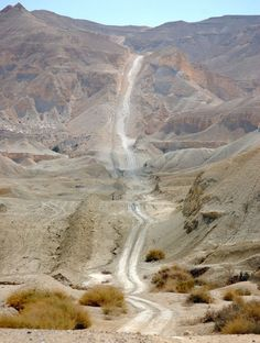 Désert de Néguev - Israël - Avec sa forme de triangle et ses 13 000 kilomètres carrés, le désert de Néguev n'a rien à envier à Monument Valley, si ce n'est peut-être ses roches rouges. La route qui se fraie un chemin à travers cette zone quasi inhabitée (Néguev n'abrite que 8% de la population de l'État d'Israël) vaut également le détour, simple chemin de sable reliant entre eux les trop rares villages peuplant le désert.