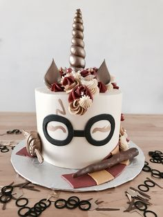 Birthday is a special day for everyone, and a perfect cake will seal the deal. Birthday is a special day for everyone, and a perfect cake will seal the deal. Fantasy fictions create some of the best birthday cake ideas. Bolo Harry Potter, Gateau Harry Potter, Harry Potter Food, Harry Potter Treats Sweets, Harry Potter Birthday Cake, Pretty Cakes, Cute Cakes, 7th Birthday Cakes, Birthday Ideas
