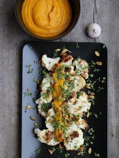 Det her smager altså godt! Og så er det nemt. Pensl blomkål (uden blade) med olivenolie, drys lidt salt over og læg det på bageplade. Tænd ovnen på 200 grader. Skræl græskar, del det og fjern kernerne. Skær det i 1 cm. skiver og læg skiverne på bagpladen. Pak hvidløg ind i stanniol (så de …