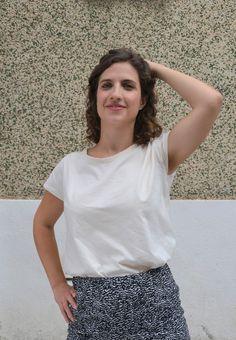 Camiseta en algodón orgánico diseñada y fabricada en Barcelona, algodón turco con certificación GOTS. Corte femenino y casual. Organic Cotton T Shirts, Casual Shirts, Barcelona, One Shoulder, T Shirts For Women, Blouse, Tops, Fashion, Cotton T Shirts