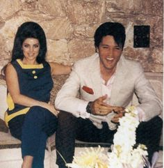 Elvis and Priscilla Presley at Palm Springs on the eve before their wedding, April Lisa Marie Presley, Elvis Presley Priscilla, Elvis Presley Family, Elvis Presley Photos, Graceland Elvis, Mississippi, 1. Mai, Idole, Before Wedding
