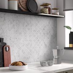 La mosaïque minérale met en valeur le mur de la cuisine