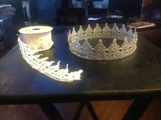 idea to make a lace tiara Wire Crafts, Diy And Crafts, Crafts For Kids, Arts And Crafts, Diy Lace Tiara, Sofia The First Birthday Party, Crochet Crown, Diy Y Manualidades, Lace Crowns