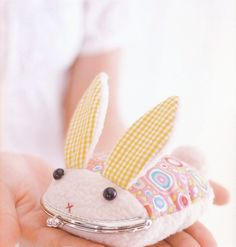 Over 40 Patterns for Purses/Bags - This one is super cute!