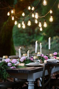 A NYE inspired table & 5 tips for festive decor - French Country Cottage French Country Living Room, French Country Cottage, French Country Decorating, Elsie De Wolfe, Green Garland, Deco Table, New Years Eve, Outdoor Dining, Porches
