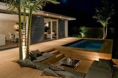 Piscina com lindo deck de madeira.