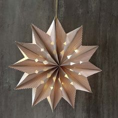 This large star, which is fitted with battery-powered LED lights, is assembled from seven block bottom paper bags. Diy Paper Bag, Paper Bag Crafts, Christmas Origami, Christmas Crafts, Paper Bag Decoration, Paper Bag Flowers, Small Paper Bags, Paper Bag Scrapbook, Scrapbook Albums