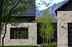 Luxurious modern dwelling showcases backdrop of the Rocky Mountains Residential Architecture, Contemporary Architecture, Architecture Details, Contemporary Houses, Pavilion Architecture, Sustainable Architecture, Modern Barn House, Modern House Design, Exterior Tradicional