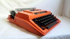 Machine à écrire orange Brother Deluxe 750TR avec sa valise / 1970 1980 / typewriter / vintage / cadeau étudiant / cadeau écrivain de la boutique LaptiteGermaine sur Etsy