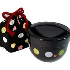 This bento set, made for carrying donburi, would be an attractive box for bringing leftovers to work.