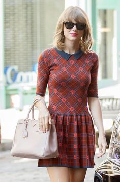 ♡♥Taylor Swift in a mini skirt!♥♡