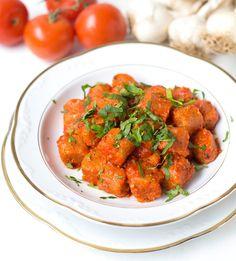 Türkische Bulgur Klöße mit Tomatensoße