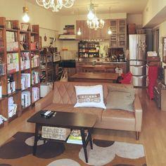 女性で、3LDK、家族住まいの賃貸でも諦めない!/子どもと暮らす/ベストショット/カリモク60/大型本棚…などについてのインテリア実例を紹介。「リビングダイニングです。 居心地の良いブックカフェの空間を目指しています❁︎ まだまだインテリア、手を加えたいところがたくさん(❁︎´ω`❁︎) 」(この写真は 2016-04-09 08:06:40 に共有されました)