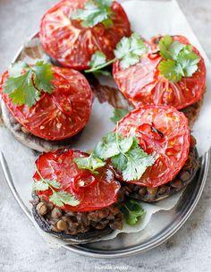 Duże pieczarki zapiekane z soczewicą i pomidorem