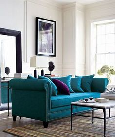 白を基調としたリビングに、鮮やかな青色のソファ。存在感を放つさし色インテリアとして使えます。