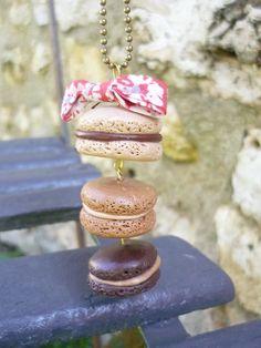 Sautoir avec trio de macarons chocolat, café et crème avec noeud en liberty sur chaîne à billes en laiton. Cocomuxu