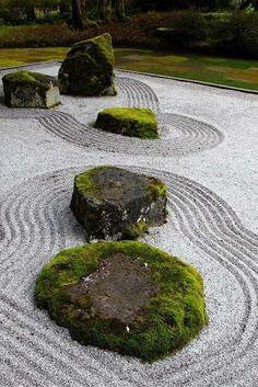 Elementy charakterystyczne  ogrodu Zen. To kamienno-żwirowy ogród. z małą ilością zieleni.  fot.: avso.org