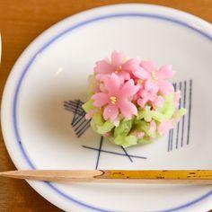 京都にある「俵屋吉富 小川店」で、春の情景を繊細に映し出す和菓子をいただきました。中でも、桜花を散りばめた「桜きんとん」は期間限定の今だけのお楽しですよ♪⇒ http://bit.ly/1gW0v8U #cotrip pic.twitter.com/l0hjZOlIs0