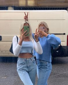 Cute trendy outfit with mom jeans blue shirts and a cropped cardigan Mode Outfits, Trendy Outfits, Fashion Outfits, Ski Fashion, Mode Ootd, Mein Style, Mode Streetwear, Winter Mode, Cute Friends