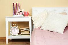 Şıklığıyla Odanıza Yeni Bir Hava Katacak 16 Tasarım Komodin Wall Mounted Bookshelves, Bedside Shelf, Garment Racks, Pretty Box, Peaceful Places, Thinking Outside The Box, Baskets On Wall, Creative Decor, Closet Organization