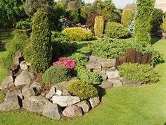 Z kamenů a dřevěných pražců vybudoval čtenář okrasnou zahradu podle svých...