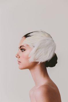 Como una damarusa del XVIII… o una bailarina del Bolshoi Fue a través deRocío, la radiante novia de corto cuya boda compartía aquí el pasado lunes,comodescubrí el mundode Rita Von. ¡Qué belleza!. Aquí te dejo imágenes de su colección White Swan, con sustocados de plumas que parecen salidos de un ballet ruso y la colección …