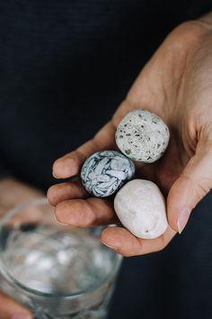 Die Kombination aus drei wirkungsstarken steirischen Steinen ergibt ein natürlich schönes Bild im Wasserkrug. Sie werden liebevoll in der Werkstatt von Edelstein Krampl in Weißenkirchen hergestellt. Der Pinolitmagnesit besticht nicht nur durch seine auffällige Edelweiß-Musterung. Ihm wird nachgesagt, Ausgeglichenheit und inneren Frieden zu fördern. Maria Bucher Calcit soll den Knochenbau stärken. Und Magnesit - der dritte Naturstein im Bunde - hat den Ruf, stoffwechselanregend zu wirken.