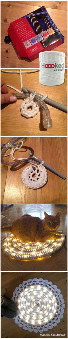 wrap zpagetti yarn around led rope lights. makes a nice lit rug! Virkad matta med ljusslang Made by BautaWitch Chat Crochet, Crochet Diy, Crochet Home Decor, Crochet Crafts, Yarn Crafts, Diy Crafts, Crochet Rope, Yarn Projects, Crochet Projects