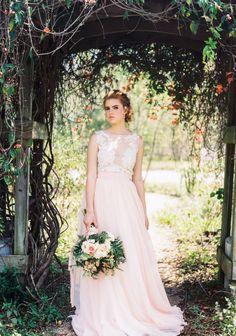 Kleid und Foto von Sweet Caroline Styles via Etsyl   www.hochzeitsplaza.de/brautkleider-trends   Brautkleid zweiteilig boho Hochzeitskleid Braut blush rosa