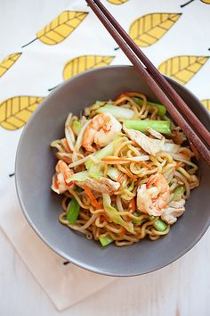 Chow mein (Chinese noodles) is a popular noodle dish in the United States. Learn how to make chow mein with this easy Chinese noodles recipe. Easy Asian Recipes, Easy Delicious Recipes, Ethnic Recipes, Mexican Recipes, Chow Mein, Healthy Chinese, Chinese Food, Chinese Desserts, Chinese Noodle Recipes