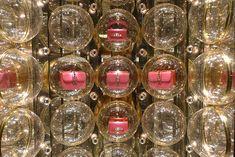 Le Journal des Vitrines — les plus belles vitrines des plus beaux magasins, par Stéphanie Moisan Vitrine Led, Valentino Paris, Paper Feathers, Window Dressings, Window Design, Retail Design, Box Design, Visual Merchandising, Jewellery Display