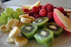 Zum Frühstück ist solch eine Platte mit Obst eine hervorragende Wahl - immerhin wird der Körper ordentlich mit Vitaminen versorgt. Ansonsten empfiehlt sich ein Glas Fruchtsaft, der im Idealfall mit unserem Konzentrat zubereitet wurde.