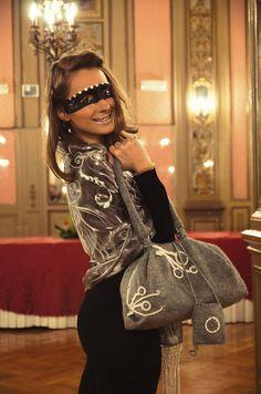 Originale, comoda, unica la borsa in calda maglia grigia con rifiniture uncinetto, un accessorio esclusivo per una donna romanticamente  elegante