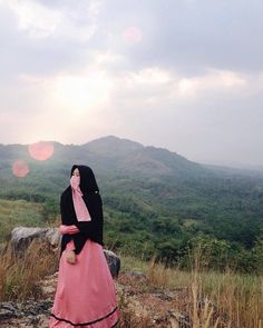 Image may contain: one or more people, people standing, mountain, sky, outdoor and nature Hijab Casual, Hijab Chic, Beautiful Muslim Women, Beautiful Hijab, Hijab Dpz, Niqab Fashion, Anime Muslim, Hijab Cartoon, Hijab Niqab