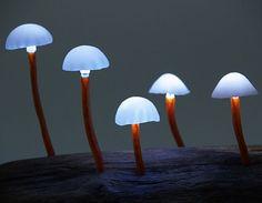Lampes LED par Yukio Takano : petits champignons sur bois.
