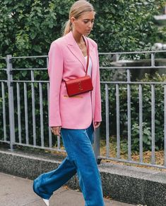 Embrace the color-block look by wearing your white T-shirt with a bold blazer, vibrant pants, and an eye-catching bag. Street Style New York, Casual Street Style, Streetwear, Rosa Blazer, Blazer Outfits Casual, Girl Fashion, Fashion Outfits, Ny Fashion, Outfit Trends