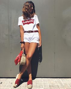 31 looks con la camiseta más básica de Levi's Woman Denim Jacket woman in red thong and short denim jacket Scarf Outfit Summer, Denim Shorts Outfit Summer, White Denim Shorts, Denim Outfit, Casual Summer Outfits, Short Outfits, Cool Outfits, Outfits With White Shorts, Women's Casual