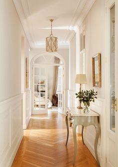Warm classics beautiful apartment in Madrid interior design Home decor Idea inspiration cozy room style light color hallway french chevron floor Classic Home Decor, Classic Interior, Classic House, Home Design, Home Interior Design, Interior And Exterior, Design Design, Interior Plants, Minimalist Decor