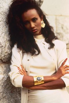 Model Iman works power dressing and chunky gold accessories… Black 80s Fashion, 1980s Fashion Trends, 80s And 90s Fashion, Fashion Models, Vintage Fashion, Fashion 2018, Womens Fashion, Style Année 80, Style Icons