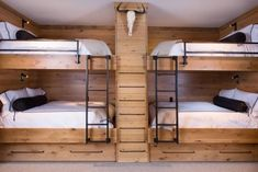 Super Small Kids Room With Bunkbeds Double Bunk Ideas Bunk Bed Rooms, Bunk Beds Built In, Bunk Beds With Stairs, Cool Bunk Beds, Kids Bunk Beds, Queen Bunk Beds, Double Bunk Beds, Bed Stairs, Chalet Design