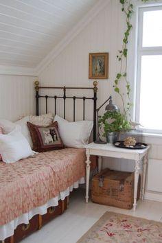 Cozy Bedroom, Bedroom Decor, Bedroom Interiors, Bedroom Ideas, Small Cottage Interiors, Bedroom Signs, Decorating Bedrooms, Decorating Tips, Bedroom Vintage