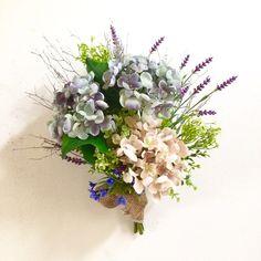 『ブルーハンドメイド2017』○アーティフィシャルフラワーアンティーク紫陽花とラベンダーのブーケ縦 約50㎝  横 約40㎝暑い季節に爽やかさを運んでくれるブルーの紫陽花とラベンダーをホワイトの小枝とグリーンと一緒にアレンジしました。ブーケ風にもスワッグ風にも、上下どちらでも飾れます。☆母の日ギフト用にはラッピングの際にThanks Motherアンティークカードをお付けします。○アーティフィシャルフラワー生花をよりリアルに再現し、そしてさらに生花には無い美しさを表現した《作られた花》です。 素材は主にポリエステル、ワイヤーなどで作られています。 生花にそっくりに作られていてとても色鮮やかで、長い期間お楽しみいただけます。ちょっとしたスペースにスワッグを飾ると空間がとても華やかになります。玄関ドアなどに吊るしても良いですね!○スワッグ  縦約43㎝  横約30㎝                    (木の枝を含む)木の枝  ホワイトペイント紫陽花 アンティークブルー            アンティークベージュラベンダー  パープル サリュームバリア…