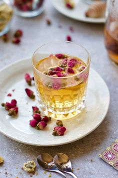 Rosebud white tea: option of 3 floral teas. Try these 3 easy DIY floral teas. Chrysanthemum, rosebud and osmanthus are popular herbal flowers used in tea infusions in China. These 3 herbal flower and tea pairings will dress up your traditional teas, wh Lose Belly Fat Quick, Chocolate, Green Tea For Weight Loss, Tea Brands, Tea Benefits, Flower Tea, Rose Tea, Tea Art, Tea Recipes